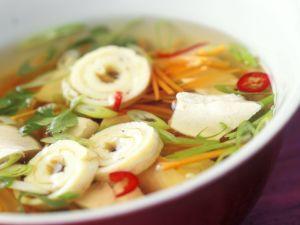 Scharf-saure Suppe mit Gemüse und Omelettröllchen Rezept