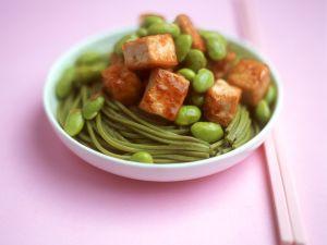 Scharfe grüne Nudeln mit Tofu und Sojabohnen Rezept