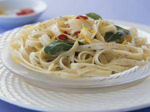 Scharfe Pasta mit Zitronenabrieb und Rucola Rezept