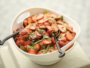 Scharfer Erdbeersalat mit Balsamicoessig und Minze Rezept
