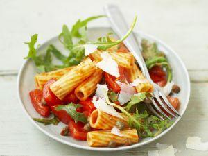 Scharfer Pastasalat mit Tomate, Kapern und Rucola Rezept