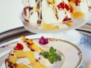 Schichtkuchen mit Beeren und Sahne Rezept