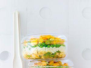Schichtsalat mit Reis, Erbsen und Tofu Rezept