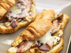 Schinken-Käse-Croissant mit Pilzen Rezept