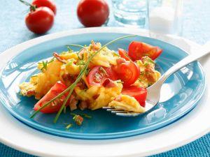 Schinken-Rührei mit Tomatenspalten Rezept