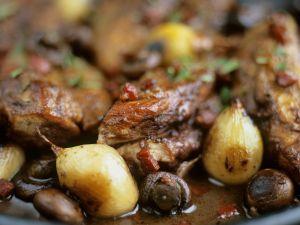 Schmorhuhn mit Schalotten und Oliven Rezept
