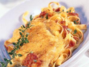 Schnitzel in Parmesanhülle mit Bandnudeln Rezept