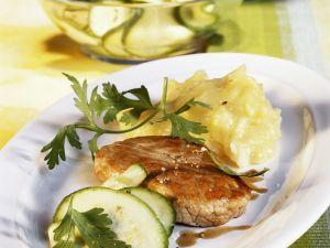 Schnitzel mit Kartoffelpüree und Zucchinisalat Rezept