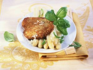 Schnitzel mit Parmesankruste dazu Spargel Rezept