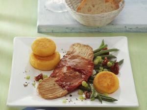 Schnitzel mit Schinken dazu Gemüse und Kartoffelplätzchen Rezept