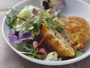 Schnitzel nach Allgäuer Art mit Blattsalat Rezept