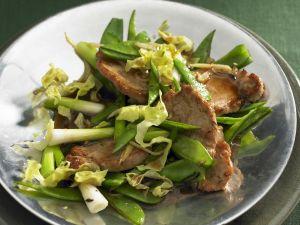 Schnitzel vom Schwein mit Lauchzwiebeln und Zuckerschoten Rezept