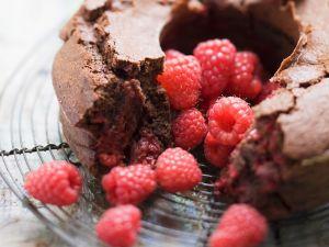 Schoko-Kranzkuchen mit Himbeeren Rezept