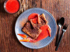 Schoko-Polenta-Schnitten mit Erdbeer-Sauce Rezept