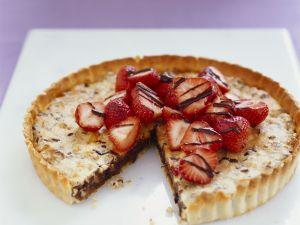 Schoko-Walnuss-Kuchen mit Erdbeeren Rezept