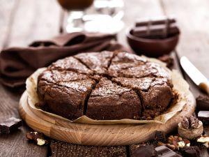 Saftiger Schokoladen-Mandel-Kuchen mit Vanillesauce
