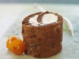 Schokoladenrolle mit fruchtiger Sahne und Kumquats Rezept