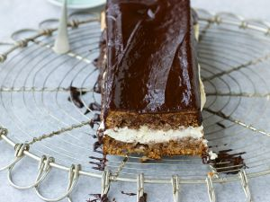 Schokoladiger Nusskuchen mit Rumcreme Rezept