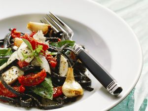 Schwarze Nudeln mit Mozzarella und Tomaten Rezept