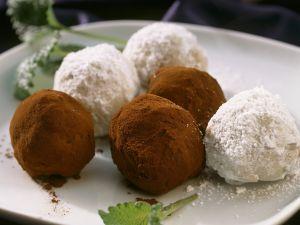 Schwarze und weiße Schokoladenkugeln Rezept
