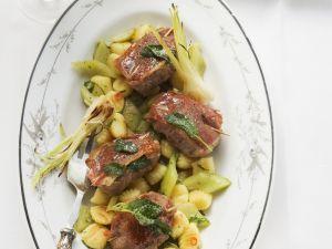 Schweine-Saltimbocca mit Gnocchi und Gurkengemüse Rezept
