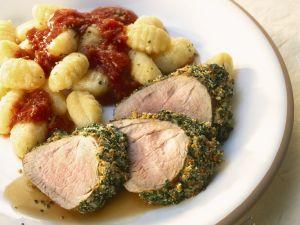 Schweinefilet im Kräutermantel mit Gnocchi und Tomatensugo Rezept