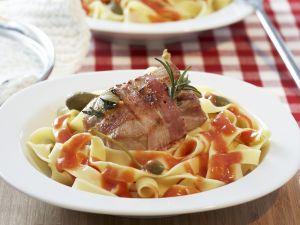 Schweinefilet im Speckmantel auf Bandnudeln mit Tomatensauce Rezept