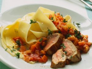 Schweinefilet mit Nudeln und Gemüsesauce Rezept
