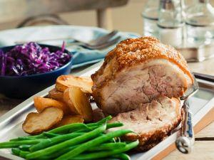 Schweinekrustenbraten mit Bohnen und Ofenkartoffeln Rezept
