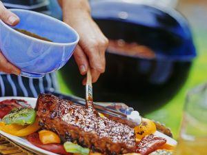 Schweinerippchen mit Grillsauce und Gemüse Rezept