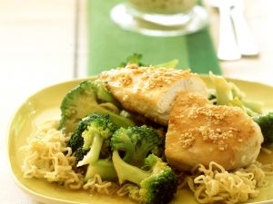 Sesam-Hähnchenbrust mit Brokkoli und Mie-Nudeln Rezept