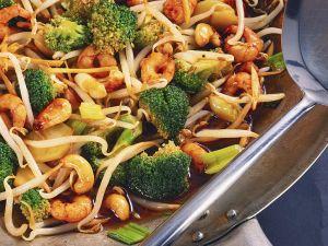Shrimps mit Brokkoli und Sprossen aus dem Wok Rezept