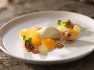 Snøfrisk Eis mit Früchten und Karamell Rezept