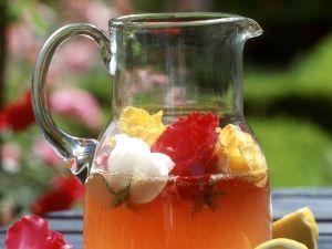 Sommerbowle mit Rosenblüten Rezept