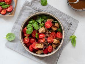 Sommerlicher Brotsalat mit Tomaten Rezept