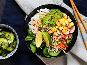 Sommerrollen-Bowl mit asiatischem Gurkensalat Rezept