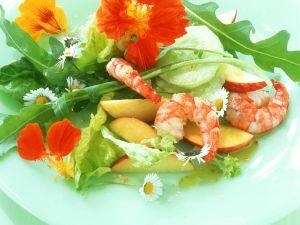 Sommersalat mit Äpfeln, Shrimps und essbaren Blüten Rezept