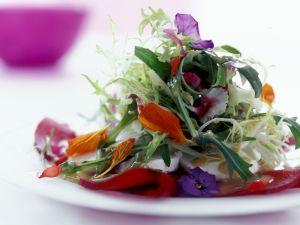 Sommersalat mit essbaren Blüten Rezept