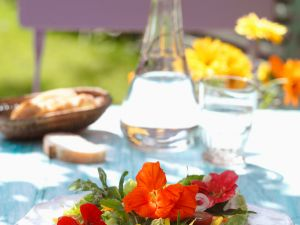 Sommersalat mit Rukola und Kapuzinerkresseblüten Rezept