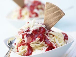 Spaghetti-Eis mit Erdbeersoße und weißen Schokoraspeln Rezept
