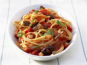 Spaghetti mit Tomatensauce und Oliven Rezept