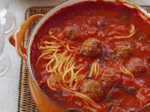 Spaghetti mit Tomatensugo und Häckbällchen Rezept