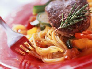 Spaghetti mit Zucchini und Steak Rezept