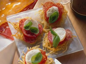 Spaghettinester mit Tomaten, Mozzarella und Salami Rezept