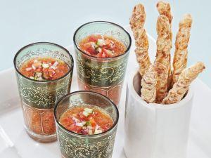 Spanische Gemüsesuppe mit Käsestangen Rezept