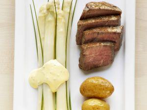 Spargel mit Schnittlauchsauce und Rinderfilet Rezept