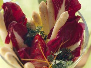 Spargel-Radicchio-Salat mit Erdbeeren und Vanilleöl Rezept