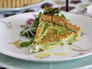 Spargelquiche mit Salat Rezept