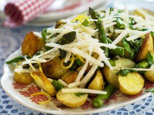 Spargelsalat mit gebratenen Kartoffeln, Parmesan und Zitronenzesten Rezept