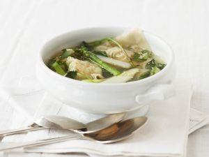 Spargelsuppe mit Garnelen-Teigtaschen (Wan Tan) Rezept